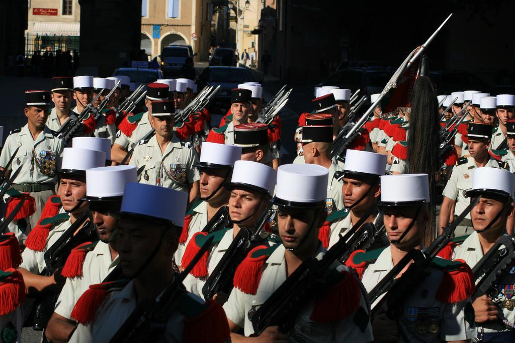 FAMAS_Parade4.jpg